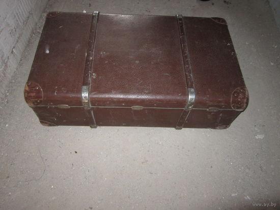 Большой старинный чемодан