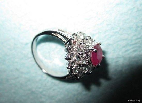Перстень со множеством ярких фианитов и камешком рубинового цвета, р.17. Новый!