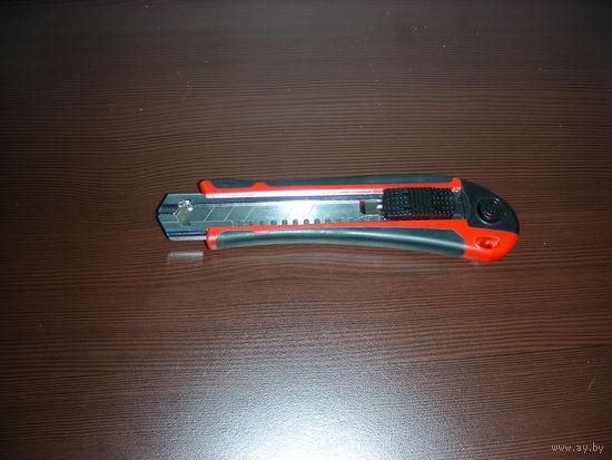 Строительный нож с дополнительными лезвиями  Германия