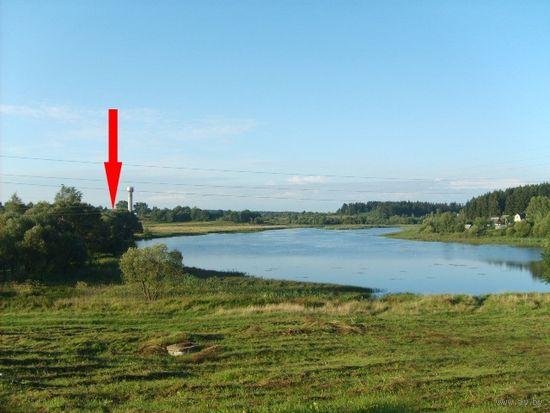 Жилой кирпичный дом на берегу озера.