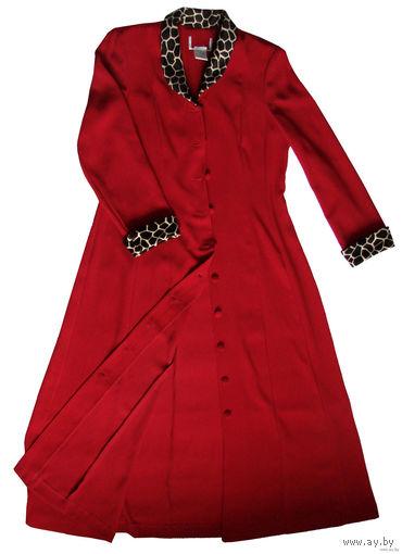 Плащ-пиджак, новый, р-р 48-54, очень худит и подчеркивает линию талии, не мнется, цвет насыщенно-красный, воротничок и нарукавники со стриженным ворсом, прекрасное качество, состав - 100% полиэстер. Р