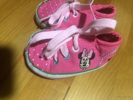 Детские кроссовки с Микки, новые. Длина по стельке 10 см, ширина в районе пальчиков 5,5 см. Не носили, пропустили и теперь они нам малы.