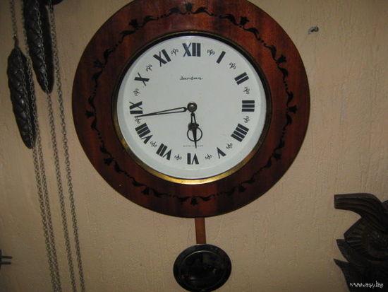 Часы настенные.Янтарь с открытым маятником.70-е года.